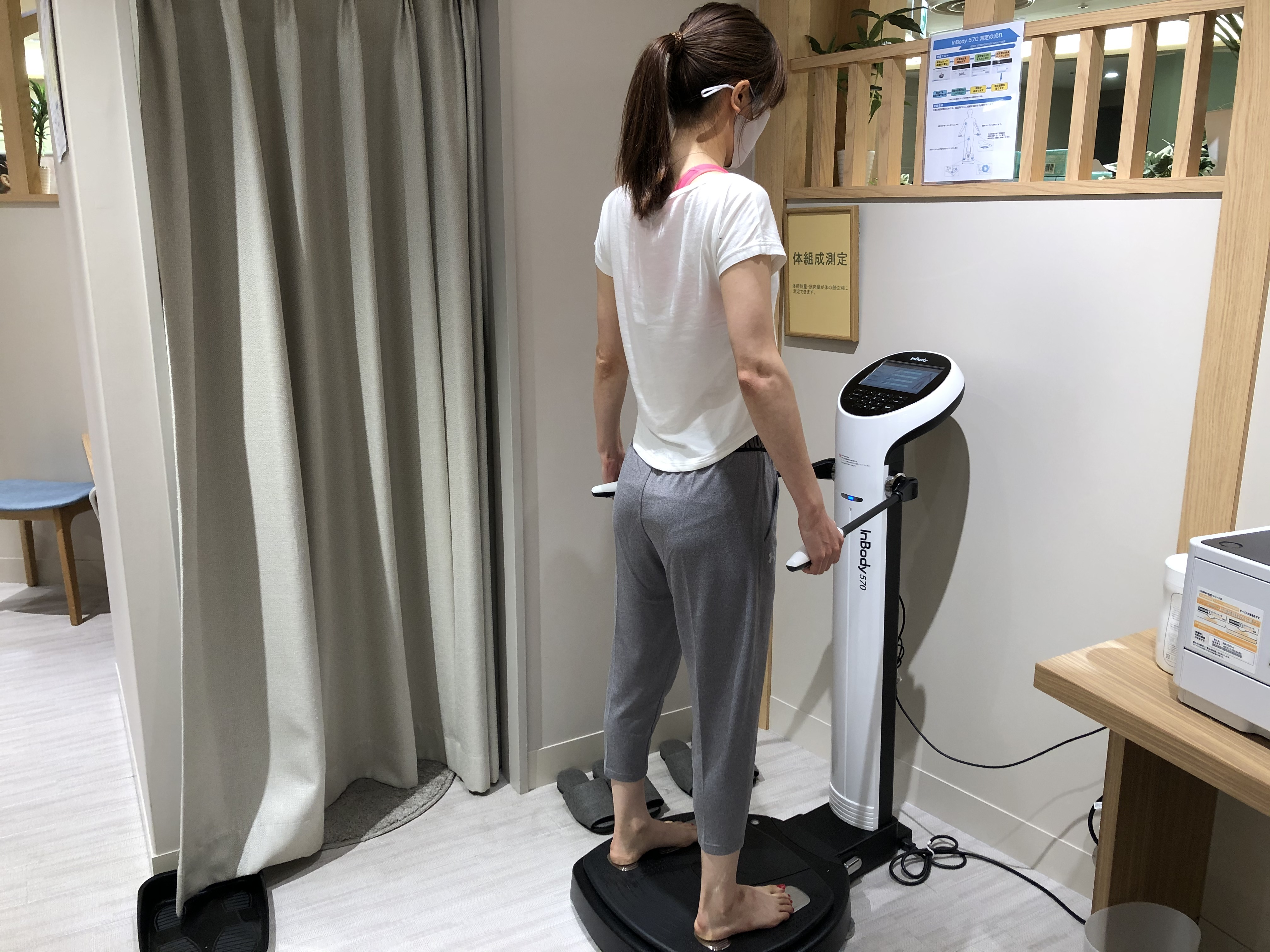 体組成計「in body」で測定している女性
